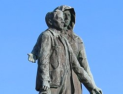 Ce monument représente une mère Corse offrant son troisième enfant à la patrie.