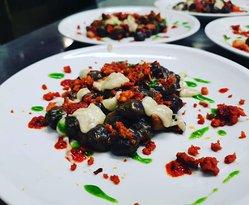 Gnocchi Viola con Crema di Porcini & Granella di Salsiccia croccante guarniti con gocce di Nduja, Gorgonzola dolce e pesto di Prezzemolo fresco!
