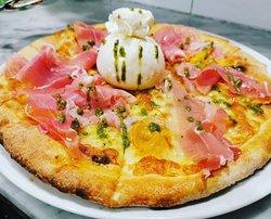 Pizza Burratina, con prosciutto crudo, datterini gialli, burrata fresca e gocce di Basilico! NOVITà!