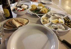 Funghi in pastella, insalata, salsine, olive e pitta