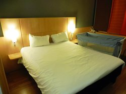 Manželská postel poměrně prostorná, a k dispozici byla (ač jsme nepotřebovali) postýlka pro malé dítě.
