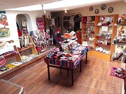 Variedad de artesanía y souvenirs.