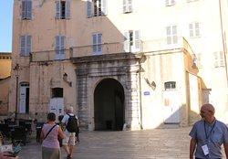 A Bastia, ver la place du donjon, se trouve le pavillon des nobles 12 construit à partir de 1703.