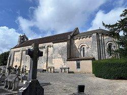 Voila une église romane du 11ème siècle qui mérite une visite, ce sera un magnifique complément à la découverte de l'église Saint-Nicolas de Civray. Il faut prendre les clefs à la mairie, mais, si la mairie est fermée, les extérieurs sont déjà intéressants