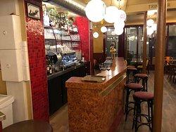 Lieu planqué ou l'on savoure et déguste des bières, des tapas dans une ambiance conviviale ou la chaleur est partagée superbe terrasse personnelle sympathique