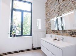 La salle de bain de la chambre florale