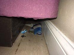 beetje rommel achter het bed