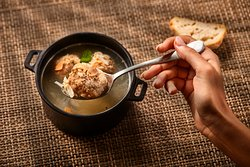 Sopa de la abuela Ángeles con albóndigas, almendras, huevo y anís