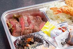 お肉たっぷり、大満足のお弁当