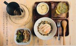 頑皮小編一睡醒, 就好想念 鮭魚茶泡飯 的味道~😆  喜歡鮭魚的大家, 你怎麼能錯過呢? 搭配茶碗蒸與精心調配的小菜, 是不是讓你食指大動了呢🤩?  頑皮小編先開動了!🤤🤤  Naughty curator miss the taste of Smoked Salmon Rice in Tea suddenly while wake up in the morning😆.  For those who like salmon, how could you miss out to enjoy this delicious dish with Chawanmushi and appetizer🤩?  Naughty curator starts to eat right now!🤤🤤  #九份 #Jiufen #吾榖茶糧 #Siidcha #鮭魚茶泡飯 #SmokedSalmonRiceinTea
