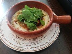 Tapita nueva en carta de chacinas y quesos.. Provolone con cebolla caramelizada, chistorra y rúcula.. Combinación deliciosa