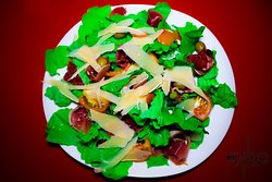 Coloridas ensaladas con ingredientes orgánicos