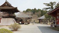 浄土寺境内(左より、鐘楼、八幡神社、薬師堂、浄土堂部分)。