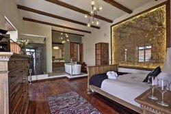 Master Suite: 33 m2, dos balcones a la calle, baño panorámico y tina en habitación, máquina de nespresso con capsulas de café de cortesía, parlantes incorporados de conexión bluetooth, TV cable y Netflix.