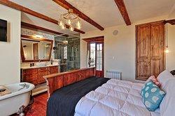 Grand Suite:29 m2, balcón a la calle, baño panorámico y tina en habitación, máquina de nespresso con capsulas de café de cortesía, parlantes incorporados de conexión bluetooth, TV cable, Wi Fi y Netflix.
