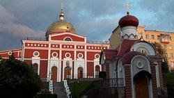 Иверский храм, справа - Часовня Царственных Страстотерпцев. Это вид, который открывается, когда вы входите в монастырь с Волжского проспекта.