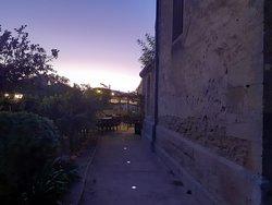 Zicht op het terras in de avondschemering