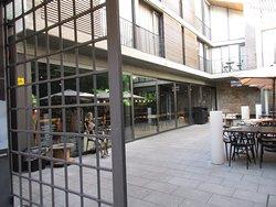 Eingang mit dem Rolltor und Blick auf das Café
