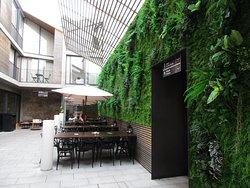 Café und Eingänge zum Hotel