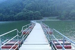 橋と言っても固定された木製や石製のものではなく、ポリエチレン・発泡スチロール製の浮子を繋ぎ合わせた橋で、完全に湖に浮いている橋です。