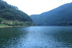 自然豊かな奥多摩湖のど真ん中のような場所を湖面すれすれに渡ることが出来、非常に気持ちの良い場所です。
