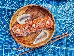 Tataki de salmón compuesto por salmón flameado, arroz de sushi, salsa teriyaki y mayonesa japonesa