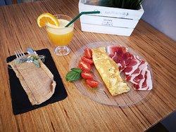 Tortilla francesa con tomate cherry e ibérico