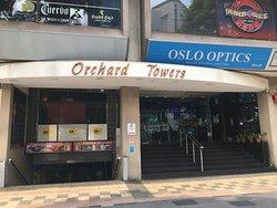 男子諸君お馴染みの?Orchard Towersの3F(#03-44)にお店があります。エスカレーターで3Fに上がり左奥、途中怪しげなおねぇさんがいる店がありますが無視。