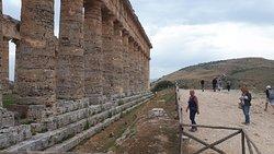 Colonnato laterale con vista sulla collina dell'Anfiteatro.