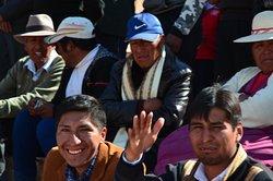 Místní přátelští lidé na Plaza de Armas v Pucará při předvolební kampani