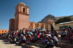 Předvolební setkání před kostelem na Plaza de Armas v Pucará