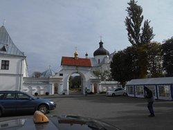 Vid parkeringsplatsen utanför klostret.