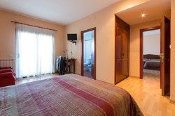 Foto de habitación comunicada, una habitación con dos camas individuales y la otra habitación con cama de matrimonio. Estas habitaciones pueden alojar hasta 6 personas.