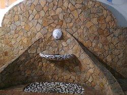 utiliza la técnica del trencadís, que se puso de moda en Catalunya con Gaudí