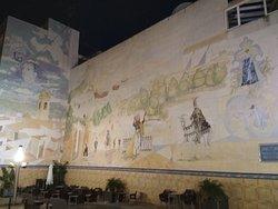 Una de las paredes decoradas