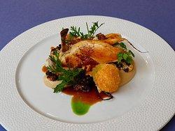 Kuřecí supreme s páleným květákem, omáčkou s lískovými ořechy a sýrovou kroketou.