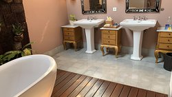 Double sink and Bath Tub