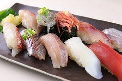 地魚にぎり: しらす、桜えび、オススメ白身を使った人気メニューです。