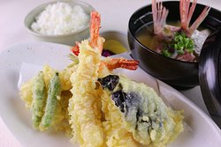 天婦羅定食: 大きなぷりぷりの海老と地魚、野菜の天婦羅定食です。サクサクの天婦羅をお楽しみください。