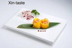 gunkan particolare avvolto con il mango e con sopra tartare di salmone e mango,solo su richiesta ...