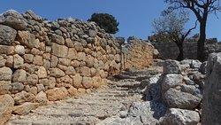 escalier de pierre qui monte dans le village