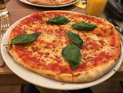 Excellent margarita pizza, hot and tasty!