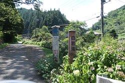 東京都西多摩郡日の出町にある滝です。 都道184号に白岩の滝まで980mの案内が出てる場所から脇道に入ります。