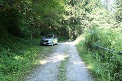 滝の少し手前まで行くと駐車できそうなスペースがあるので、そこに車を停めるのが良いです。