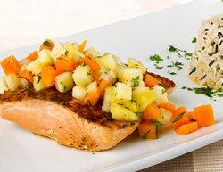 Salmón agridulce, con salsa de frutas, cilantro y cebolla cambray