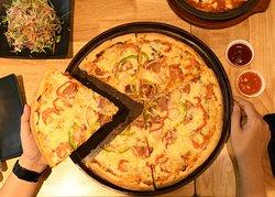 Pizza tại Khu ẩm thực Four Seasons Food.  Địa chỉ: Tầng 3, Vincom Plaza, 122 Đường Mười Sáu Tháng Tư, Phan Rang - Tháp Chàm, Ninh Thuận.