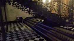 Detalhe do piso sob a escadaria