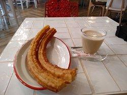Agradable interior y muy buenas porras y café por 2'30€.