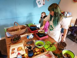 Making wild hedgerow berry toffee apples with kids.