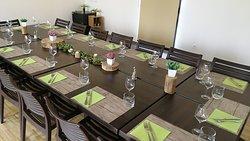 table décorée pour un petit groupe avec menu